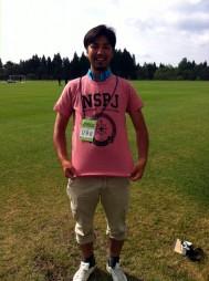 Tシャツを着た田中直希記者