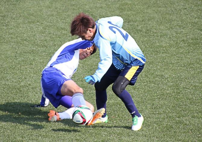開幕前、高知キャンプでの練習試合。左は斉藤大介(徳島)、右は山本翔平(讃岐)