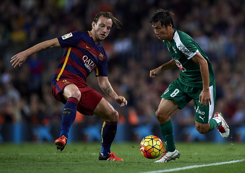 BARCELONA, SPAIN - OCTOBER 25: Takashi Inui of Eibar runs with the ball next to Ivan Rakitic (L) of Barcelona during the La Liga match between FC Barcelona and SD Eibar at Camp Nou Stadium on October 25, 2015 in Barcelona, Spain. (Photo by Manuel Queimadelos Alonso/Getty Images)